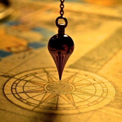 Image d'un pendule divinatoire utilisé dans nos séances de radiesthésie dans le jura